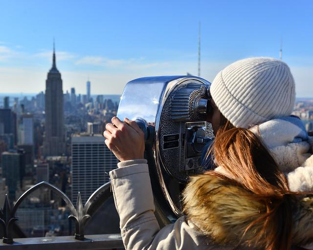 Divisando Nueva York desde uno de los prismáticos del Rockefeller center
