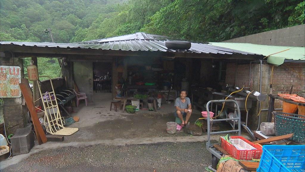 927-2-13住在丁子蘭溪畔三十年的詹太太,位在水庫淹沒區,如果水庫興建,將被迫離開。