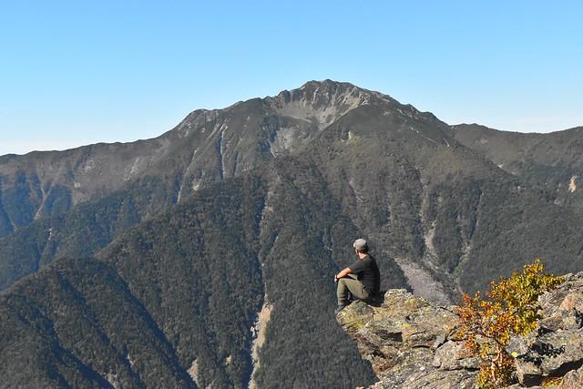 栗沢山から眺める仙丈ヶ岳(南アルプスの天然水CMで宇多田ヒカルが座っていた岩場)