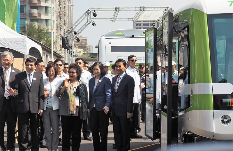 蔡英文與陳菊搭乘無人車,民眾可在慶典期間在駁二倉庫體驗試乘。