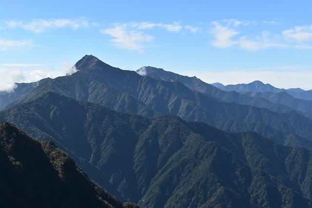 栗沢山から眺める北岳と間ノ岳
