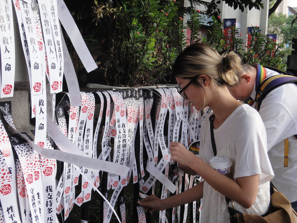 遊行民眾在教育部前貼滿支持多元性平教育的貼紙。(攝影:張智琦)