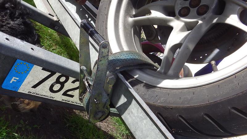 Arrimage d'une moto sur une simple remorque porte moto  37992445676_40306f6420_c