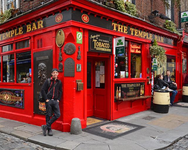 En Temple Bar, Dublín, a las puertas de uno de los hoteles de Dublín mejores donde alojarse
