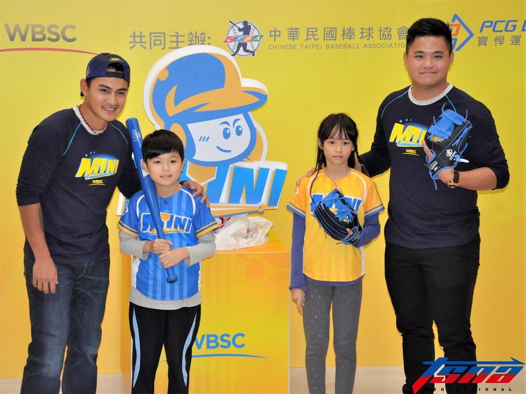 林子偉(圖左1)與胡智為(圖右1)出席迷你棒球記者會。(張哲郢/攝)