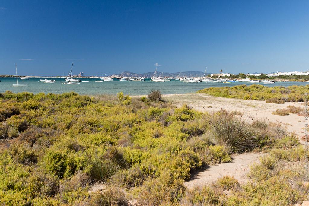 Рыбный залив на Форментере и вид на Ибицу
