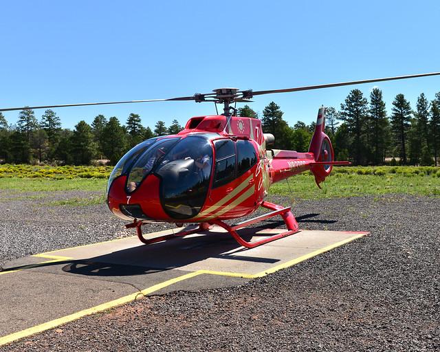 El helicóptero rojo de la empresa Papillon con quienes volamos en el Gran Cañón