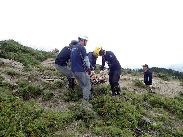 106年9月 合歡北峰步道 太魯閣國家公園的步道志工們現地尋找及合力搬運大石塊。有時石塊過於沉重,由好幾位志工使用自製的網袋搬運。攝影:陳理德