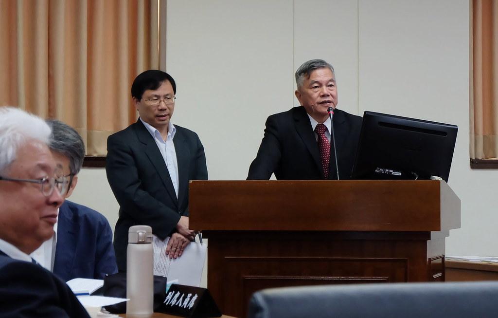 經濟部長沈榮津(右一)表態,第三接收站還是要在觀塘。攝影:陳文姿