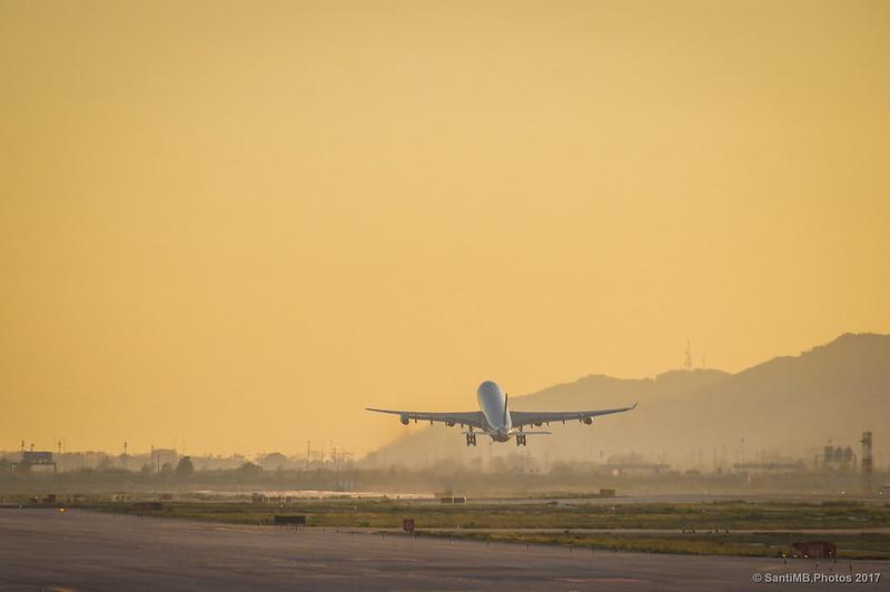 Airbus A340 despegando al final de la pista