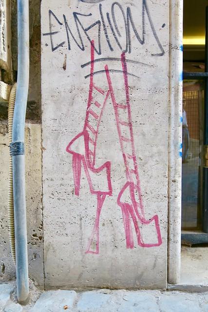 Street art: Stilettos w Chewing Gum