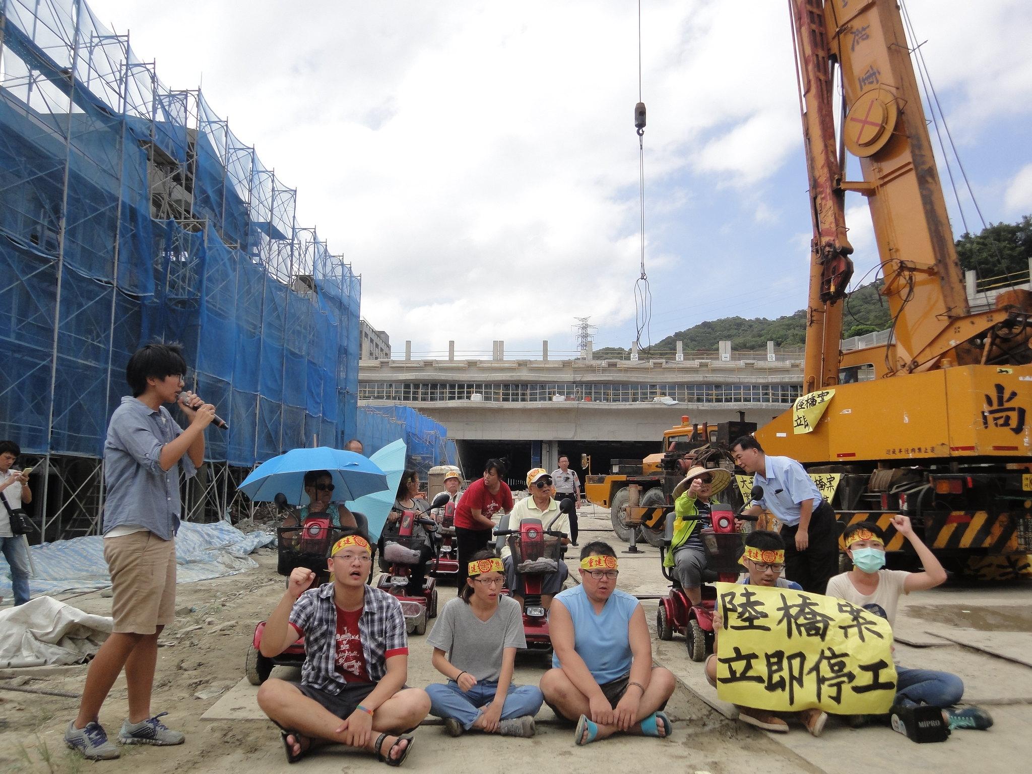 樂生自救會院民和聲援學生突襲新莊捷運機廠工地靜坐抗議。(攝影:張智琦)