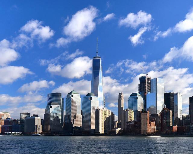 Vistas del skyline de Nueva York desde el precioso Empty Sky Memorial junto al rio Hudson