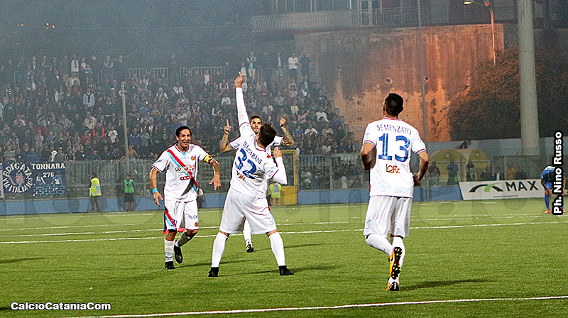 L'esultanza di Mazzarani dopo il gol vittoria al Siracusa