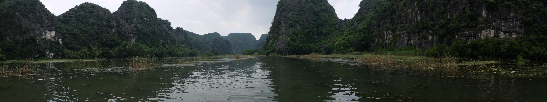 El canal rodeado de montañas