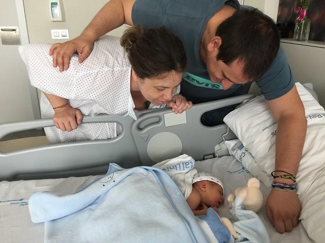 Sele y Rebeca con Unai recién nacido