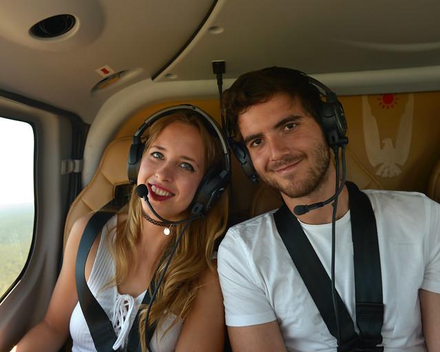 Julia y Juan en la parte trasera del helicóptero de Papillon sobre el Gran Cañón