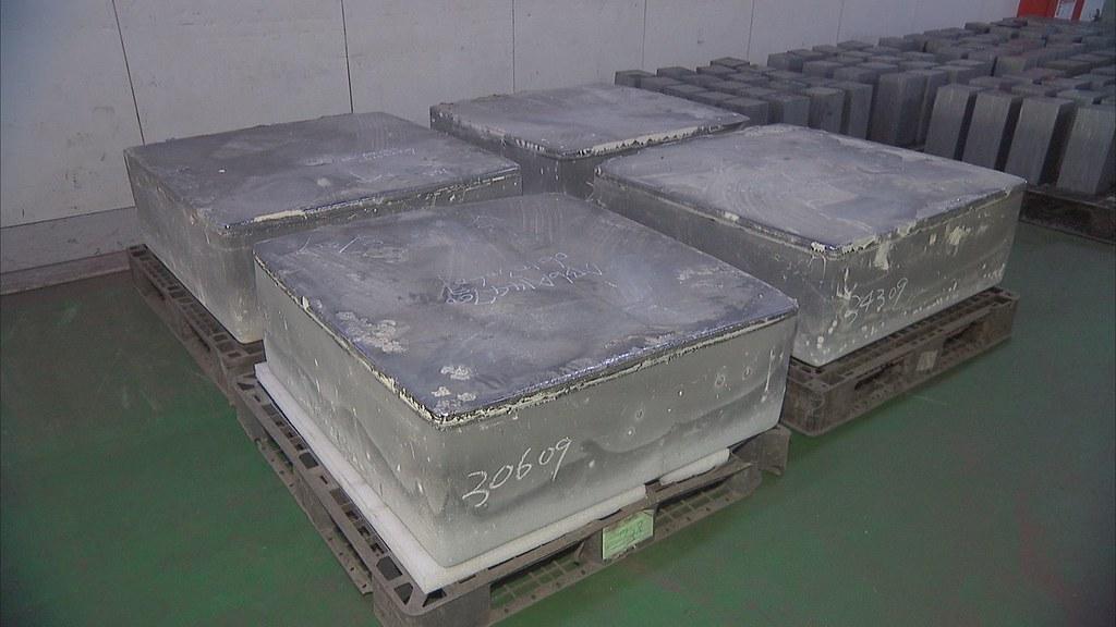 929-1-09矽原料在長晶爐形成大錠,切成長方型晶圓柱,再切成晶片,就是製作太陽能電池的基本材料。