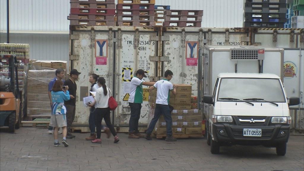 927-3-159月2日,工作人員接力將一箱箱食材,搬上冷藏車,趕在選手村關閉前,將剩餘食材運走。