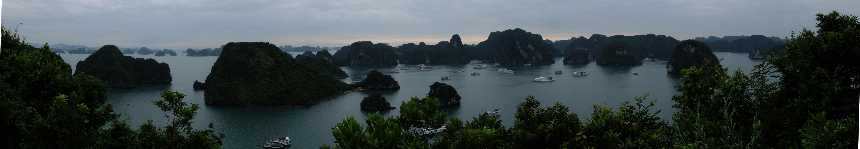 Vista del archipiélago y los barcos navegando entre islotes