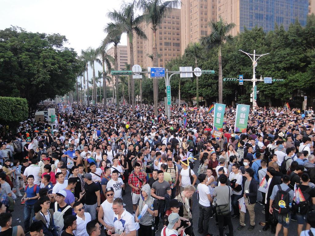 遊行人潮擠爆凱道和中山南路。(攝影:張智琦)