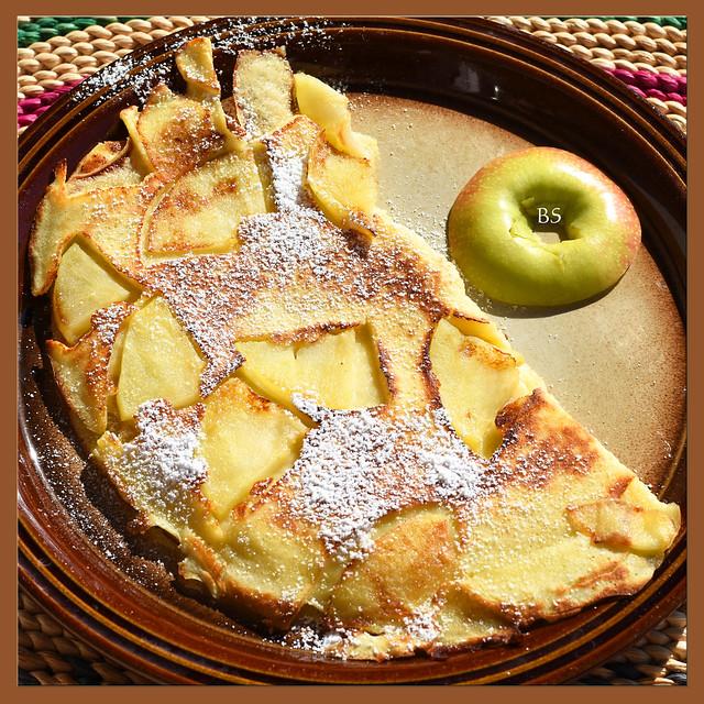 Warmer Apfelpfannkuchen, mit Puderzucker bestäubt ... Foto: Brigitte Stolle