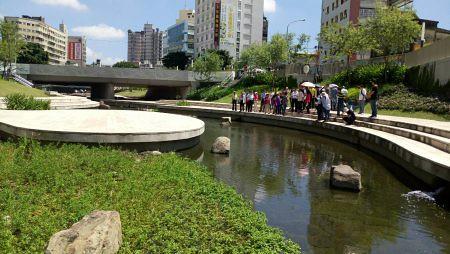 台中市柳川水質改善與景觀營造工程歷經2年整治,於2016年12月24日完工,讓柳川風華再現,帶動舊城區再生,圖片來源:嘉義市政府。