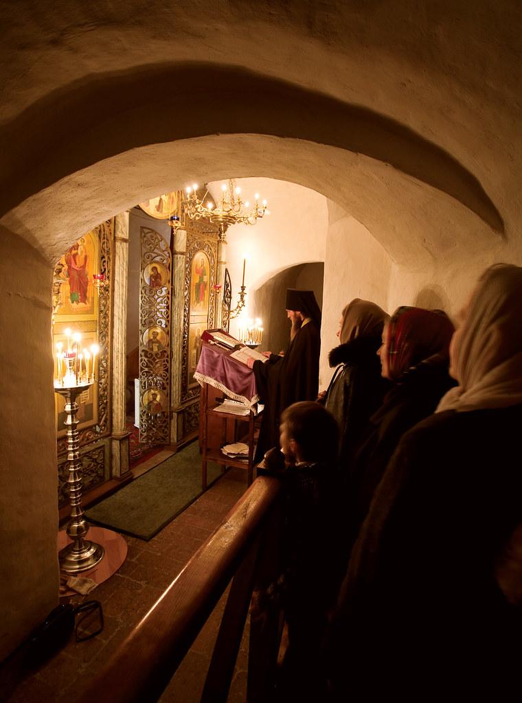 Молебен святителю Николаю под древними сводами пещерного храма