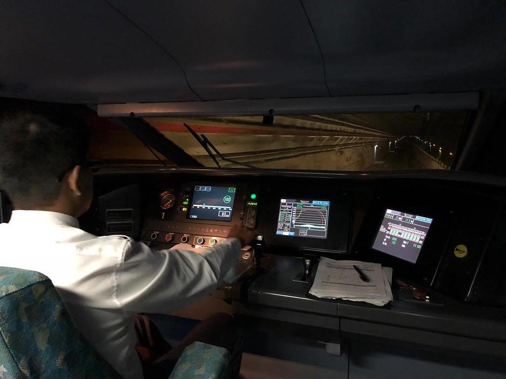 列車駕駛需要專注於牽引力及剎車控制的輸出段位與時機。圖片來源:高鐵提供。