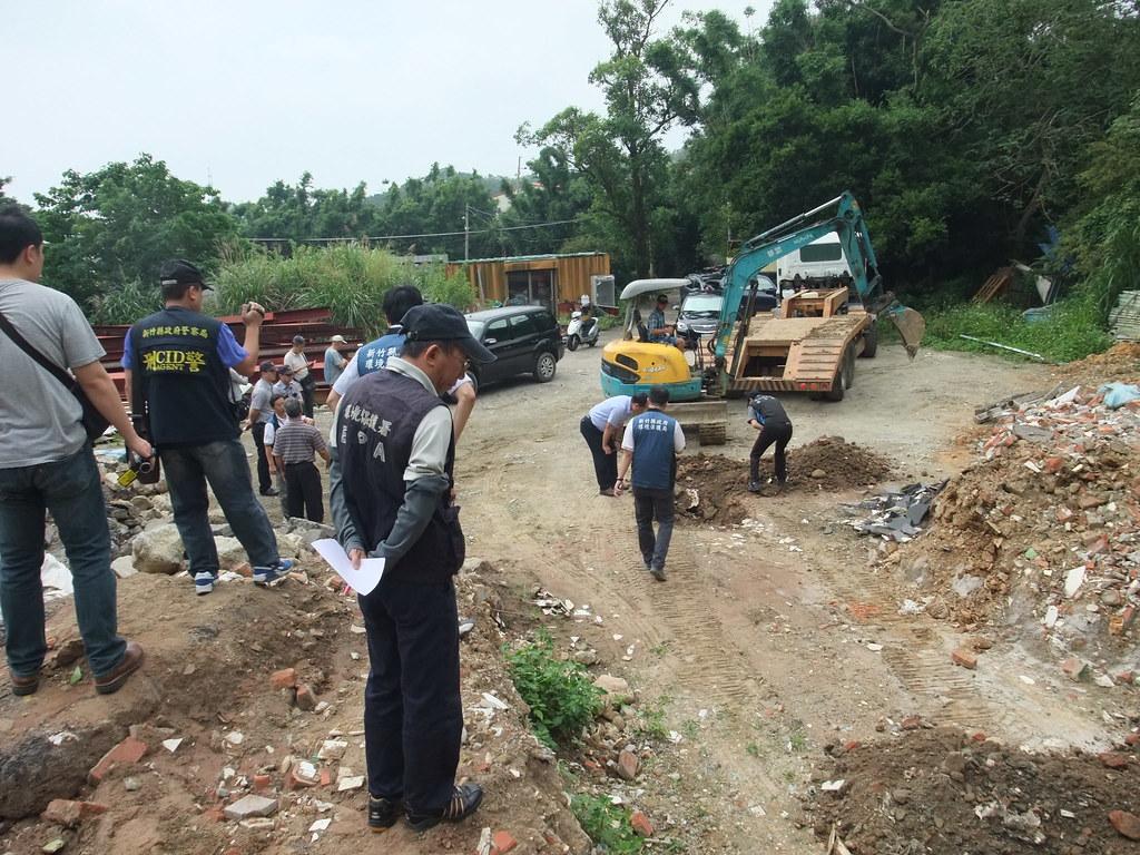 1061102相片-檢警環聯合查緝,現場進行非法棄置及掩埋營建廢棄物開挖作業