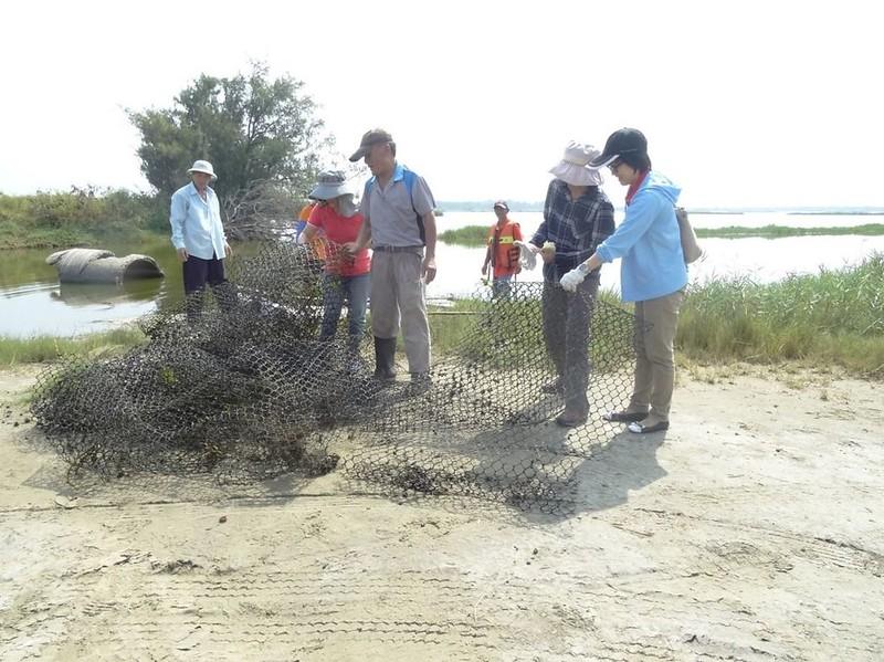 打撈2件廢棄塑膠網上岸,圖片來源:嘉義林區管理處。