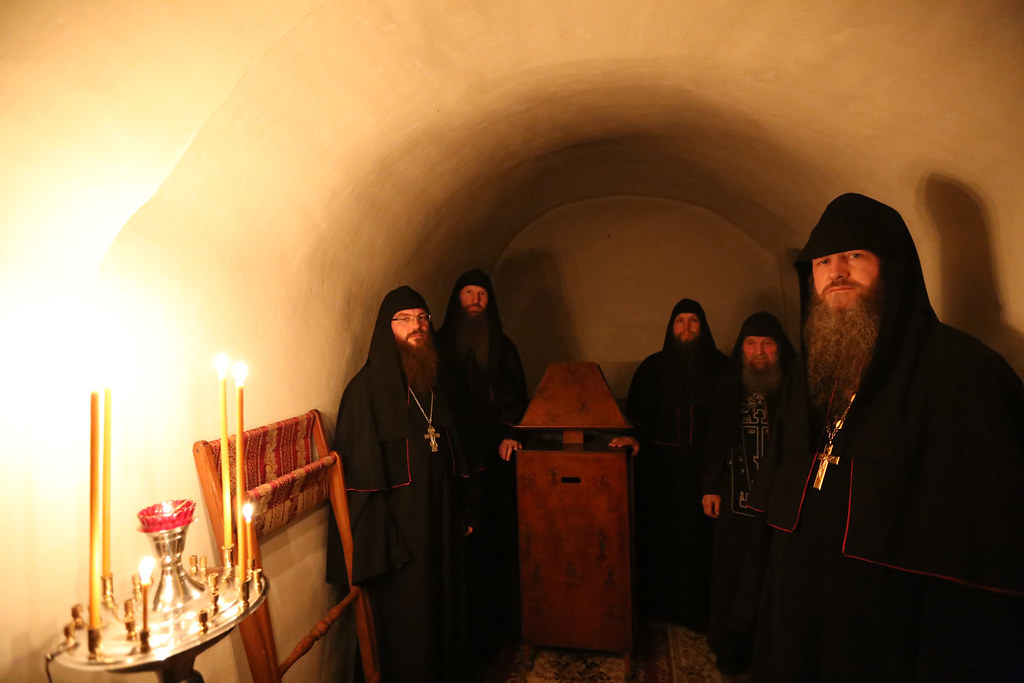 Скитская братия на вечернем молитвенном правиле