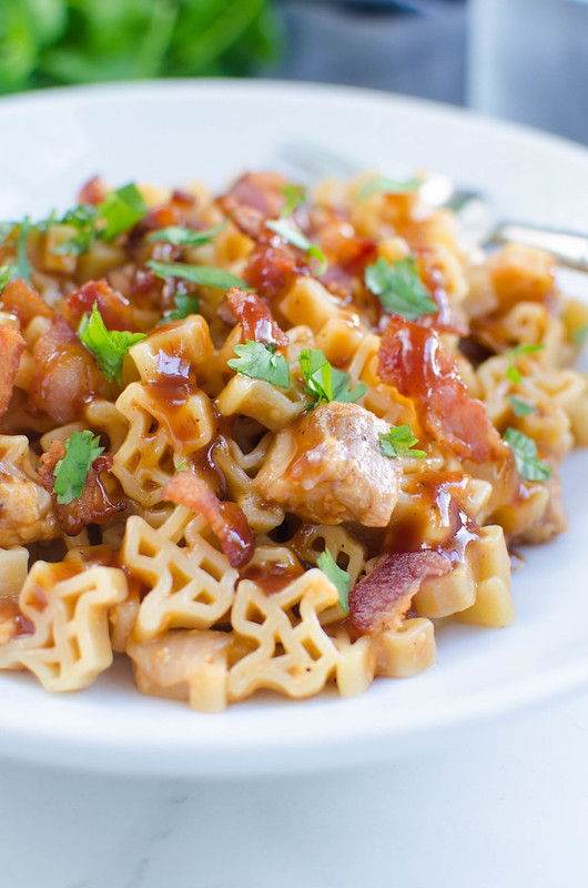 One Pot Cheesy Barbecue Chicken Pasta - easy weeknight dinner recipe, ready in less than 30 minutes! Everything your family loves: pasta, bacon, cheese, and barbecue sauce!