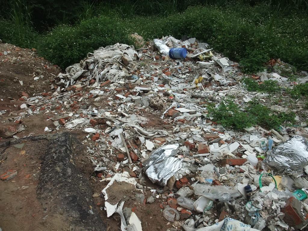 1061102相片-現場非法棄置大量營建廢棄物及一般廢棄物