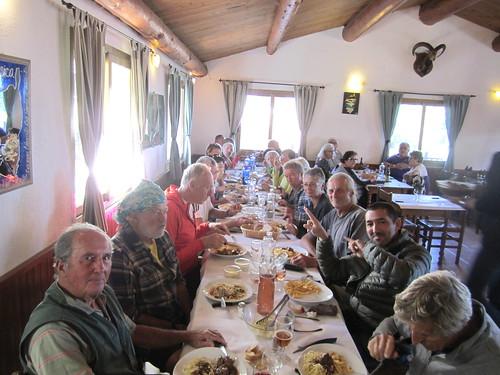 Déjeuner en groupe au Refuge du col de Bavedda