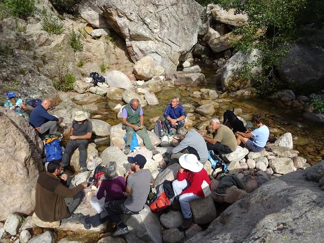 Déjeuner de groupe dans le ruisseau de Figa Bona