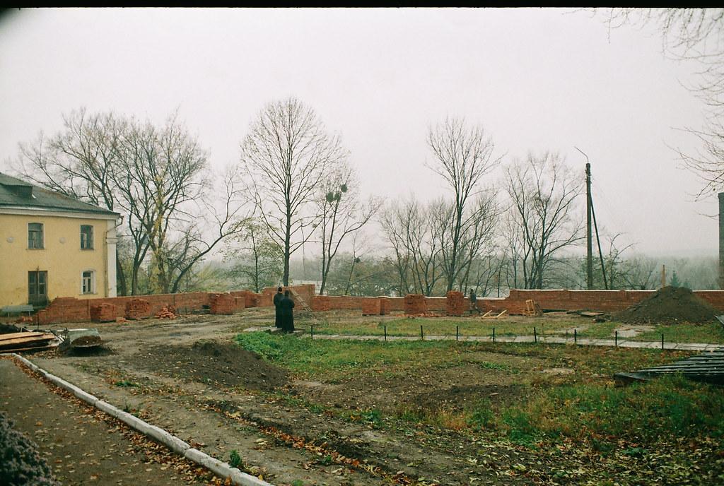 Строительство ограды и колокольни скита. Ноябрь 2001г.