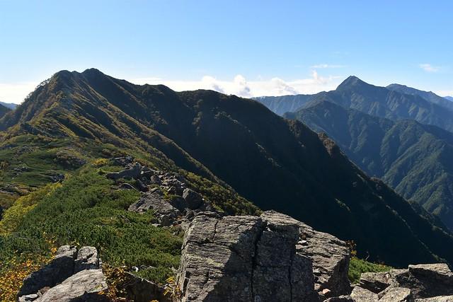 栗沢山から眺めるアサヨ峰への稜線と北岳