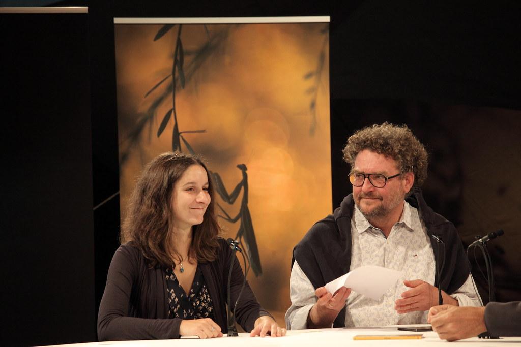 「和導演吃早餐」的現場節目中,主持人(右)正在訪問《當我們還擁有歐斑鳩》的導演