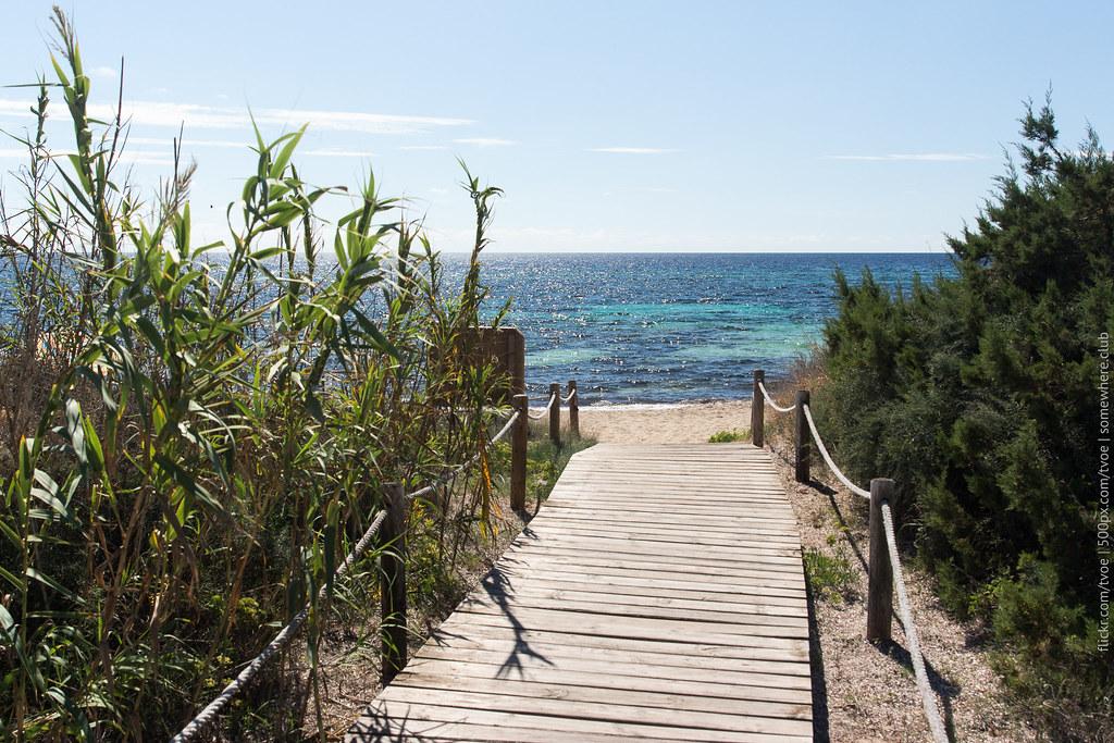 Помост, тростник, песок и море Форментеры
