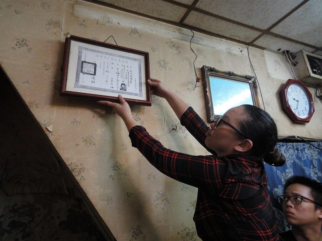 日日春工作人員卸下公娼戶許可證,俗稱「大牌」,是娼館的身分證。(攝影:張智琦)