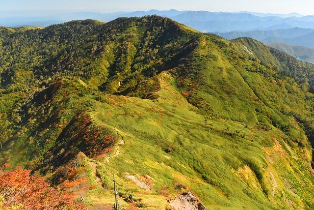 苗場山 雲尾坂から見る神楽ヶ峰と稜線の紅葉