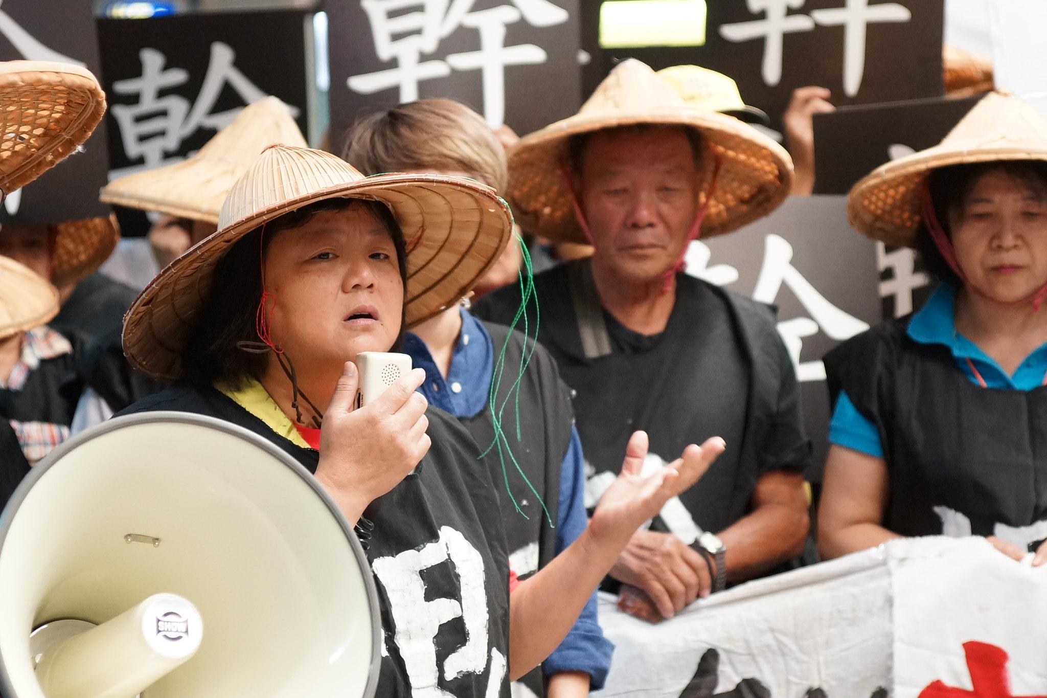 東菱電子自救會副會長陳奕安高呼當年抗爭口號:「工人沒人疼,只有自己拚。」(攝影:王顥中)