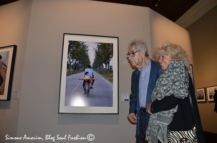 Elliott Erwitt e Biba Giacchetti com a foto capa da exposição