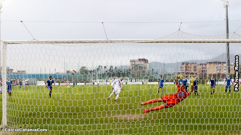 Ciccio Lodi sigla dal dischetto il definitivo 5-2 alla Paganese