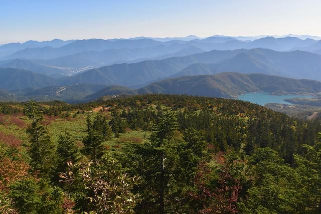 苗場山の稜線から見る紅葉とカッサ湖(田代湖)
