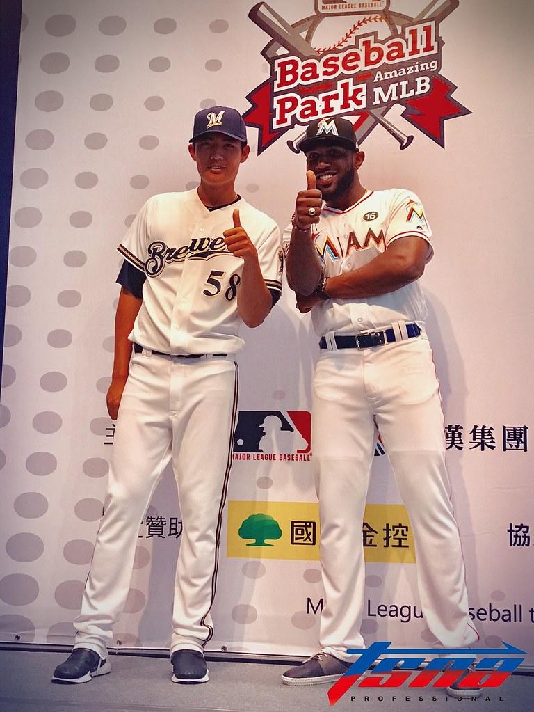 王維中(圖左)與Marcell Ozuna。(鍾亞芳/攝)