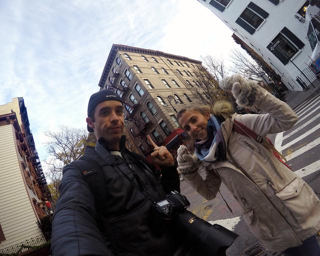 Frente a la casa de Friends haciendo la ruta de cine por Nueva York