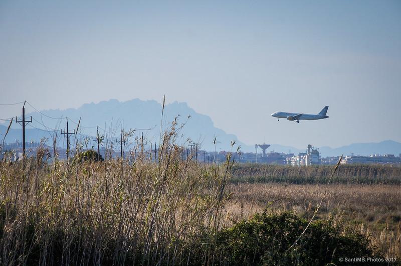 Avión aterrizando y silueta de Montserrat desde el Semàfor del Prat