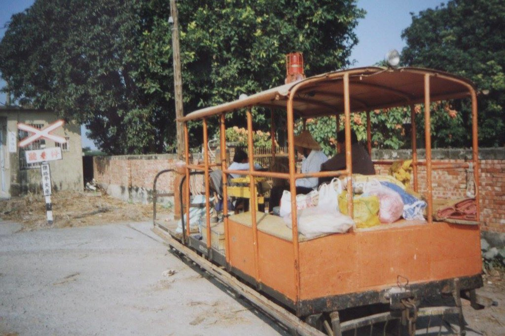 西港旗站與道班車蔡京陽攝於1997